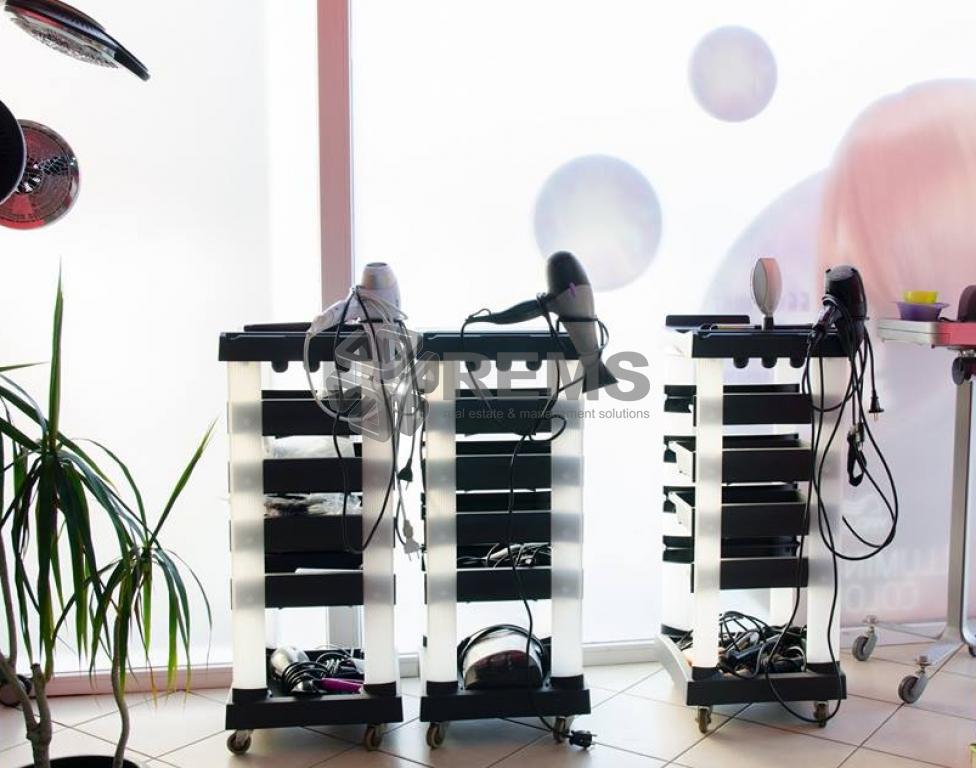 Salon de infrumusetare mobilat si utilat, cu front generos la strada